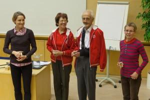 Puheenjohtajan puulätkä annettiin SM-mitaleita voittaneille ikähenkilöille.