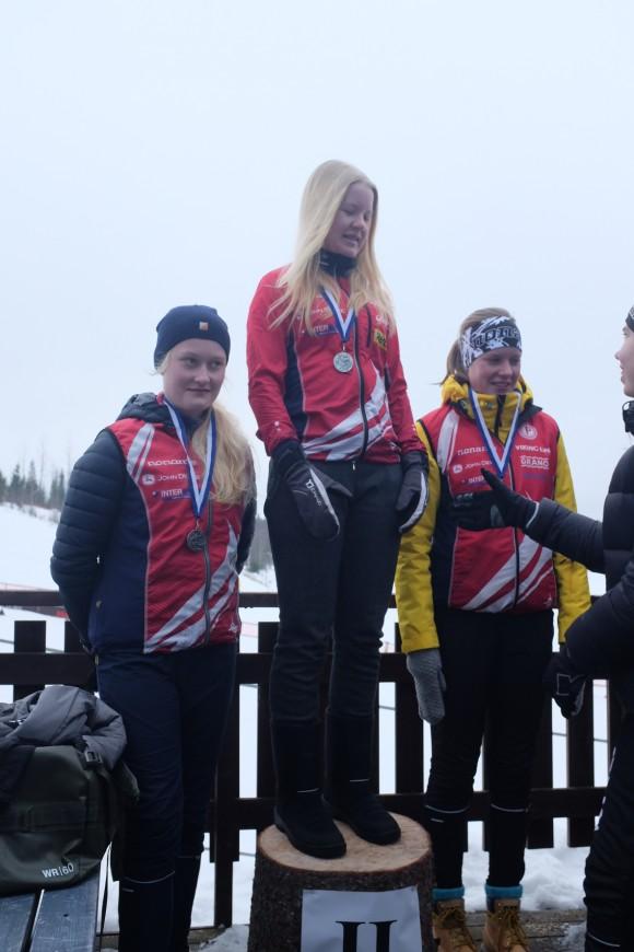 Kaisa Haanpää, Kaarina Nurminen ja Saara Yli-Hietanen: SM-hopeaa hiihtosuunnistuksen SM-viestistä.