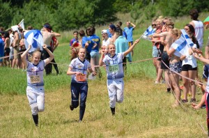 Anni Haanpää, Lennukka Hanhijärvi ja Amy Nymalm, EM-viestikultaa D18. Kuva: Severi Eerola