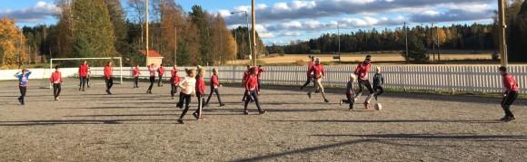 Jalkapallohöntsyä Oravatonnileirillä Tarvaisten koulun pihassa. Kuva: Tommi Koskinen