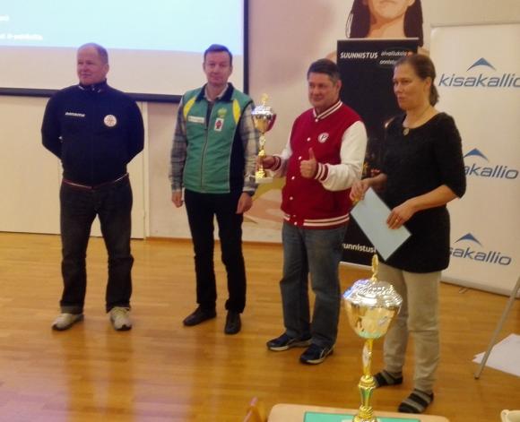 Riikka ja Lammikko pokkasivat Vuoden Kasvattajaseura -palkinnon Suunnistusvalmentajien uudelta puheenjohtajalta Mikko Niskaselta (vas) ja varapuheenjohtaja Kalle Virtaselta.